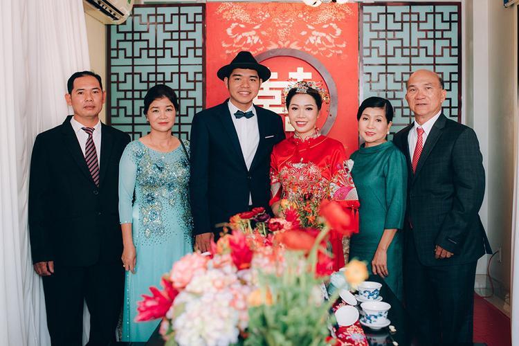 Cô dâu và chú rể cùng gia đình 2 bên trong ngày ăn hỏi.