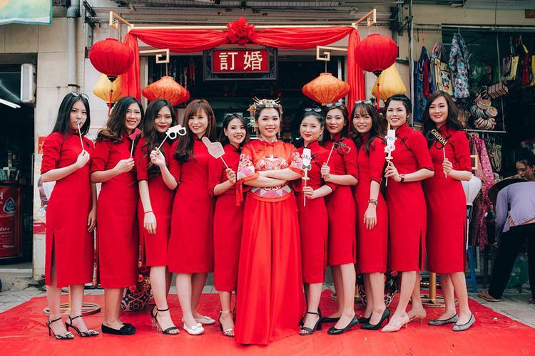 Cô dâu và dàn phù dâu xinh đẹp nổi bần bật trong sắc đỏ.