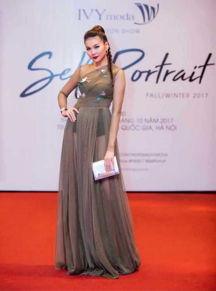 Trong một sự kiện khác, Thanh Hằng mặc váy chất liệu vải sheer trong suốt, sexy vừa phải mà vẫn rất cuốn hút.