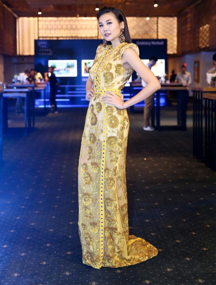 Chỉ có thể là đôi chân dài 1m12 của Thanh Hằng mới khiến cho bộ váy trở nên hợp lý và lộng lẫy thế kia. Nhìn tỉ lệ chiều cao của Thanh Hằng, không ít mỹ nhân khác phải ước ao và ghen tị.