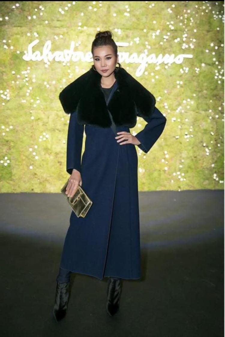 Đôi lúc, Thanh Hằng hóa thành quý cô kiêu kỳ và kiểu cách với chiếc áo choàng cổ lông ấm áp.