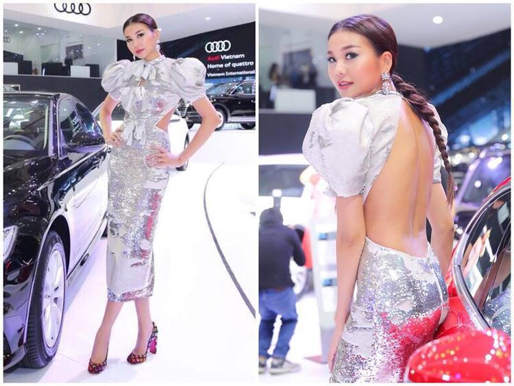 Một lần nữa Thanh Hằng cho thấy mình rất hợp với những bộ đầm của Lê Thanh Hòa. Cô tự nói vui mình là quý cô bá tước nhưng không quên khoe lưng sexy.