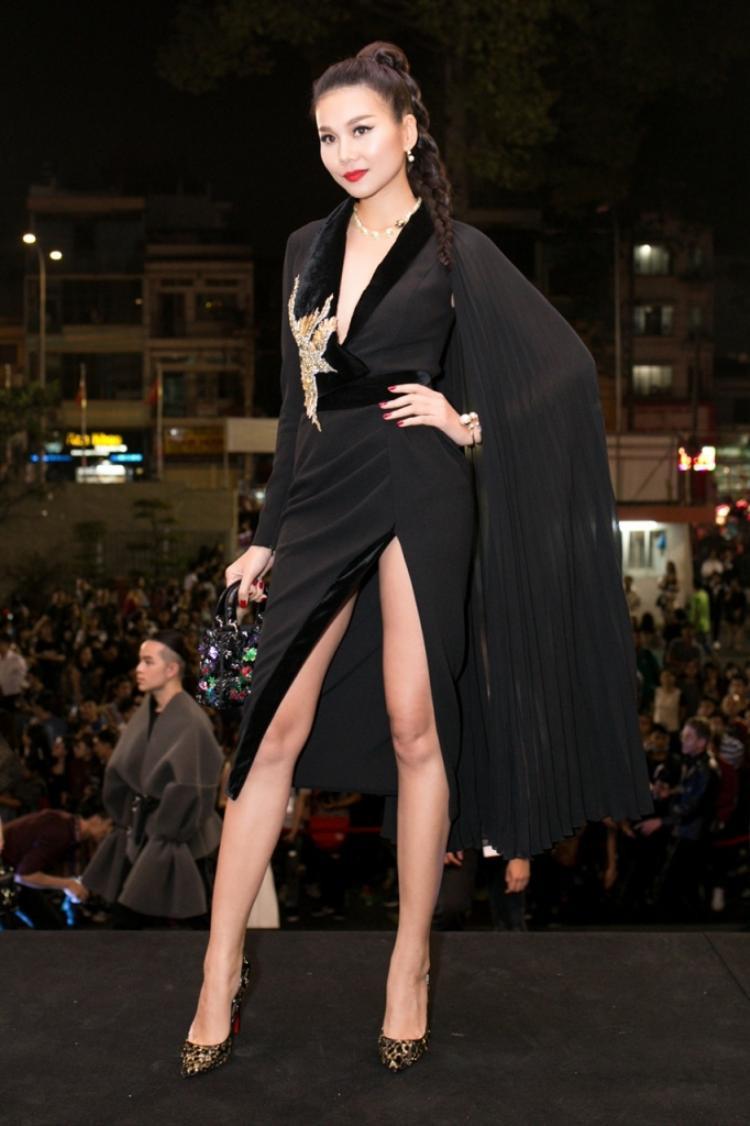 Thêm một bộ cánh đen tuyệt đẹp cắt xẻ táo bạo khoe đôi chân dài của siêu mẫu Thanh Hằng.