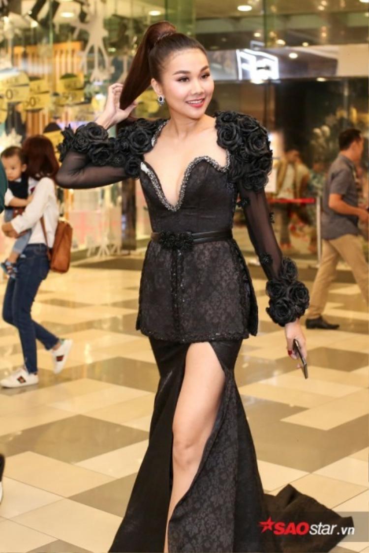 """Trong sự kiện ra mắt phim """"Mẹ chồng"""" tối 30/11, Thanh Hằng diện bộ đầm đen xẻ cao, trang trí hoa văn nổi cực hợp với tính chất của vai diễn trong phim.Với bộ cánh này, Thanh Hằng thu hút rất nhiều ống kính bởi nàng quá đẹp và quyền lực."""