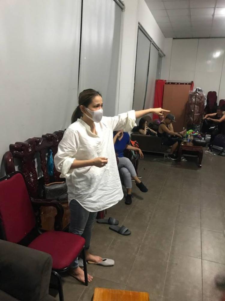 Chưa hồi phục hoàn toàn sau sự cố bỏng nặng, Khả Như vẫn trở lại sân khấu kịch.