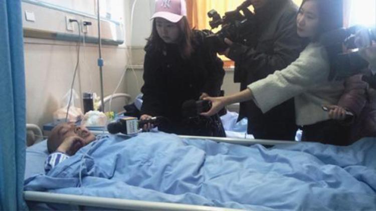 Ông Vương Bằng bị liệt nửa người vì vừa nằm vừa sử dụng điện thoại.