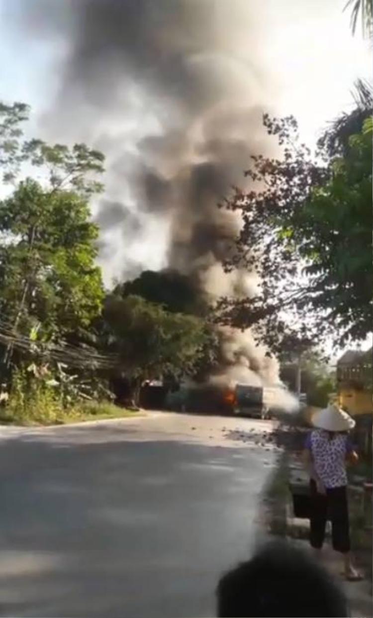 Hiện trường vụ cháy khiến nhiều người dân bàng hoàng.