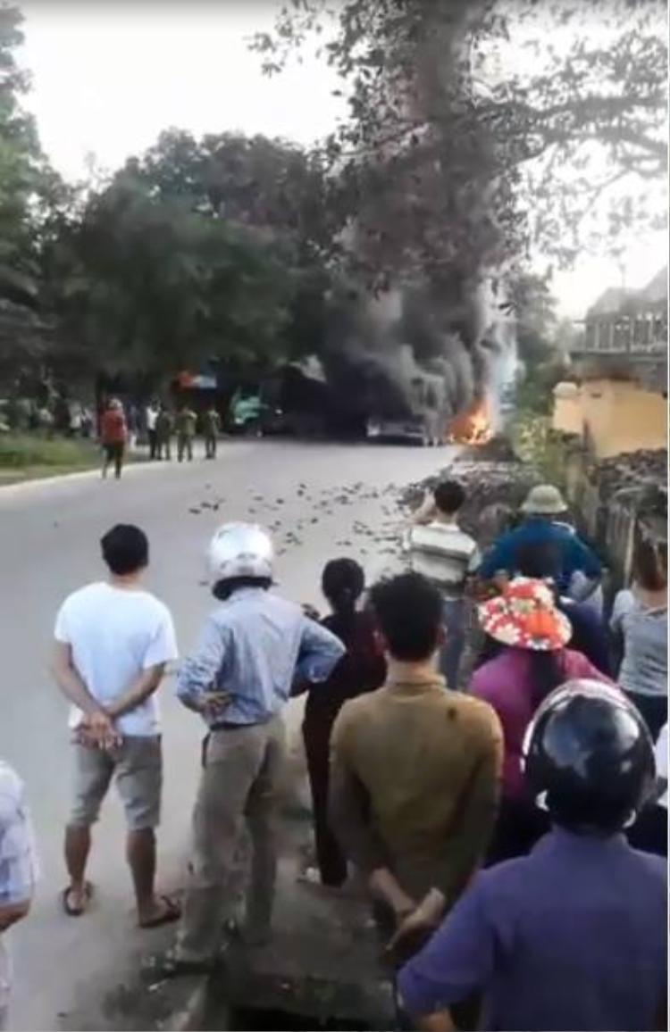 Rất đông người dân tụ tập trước đám cháy.