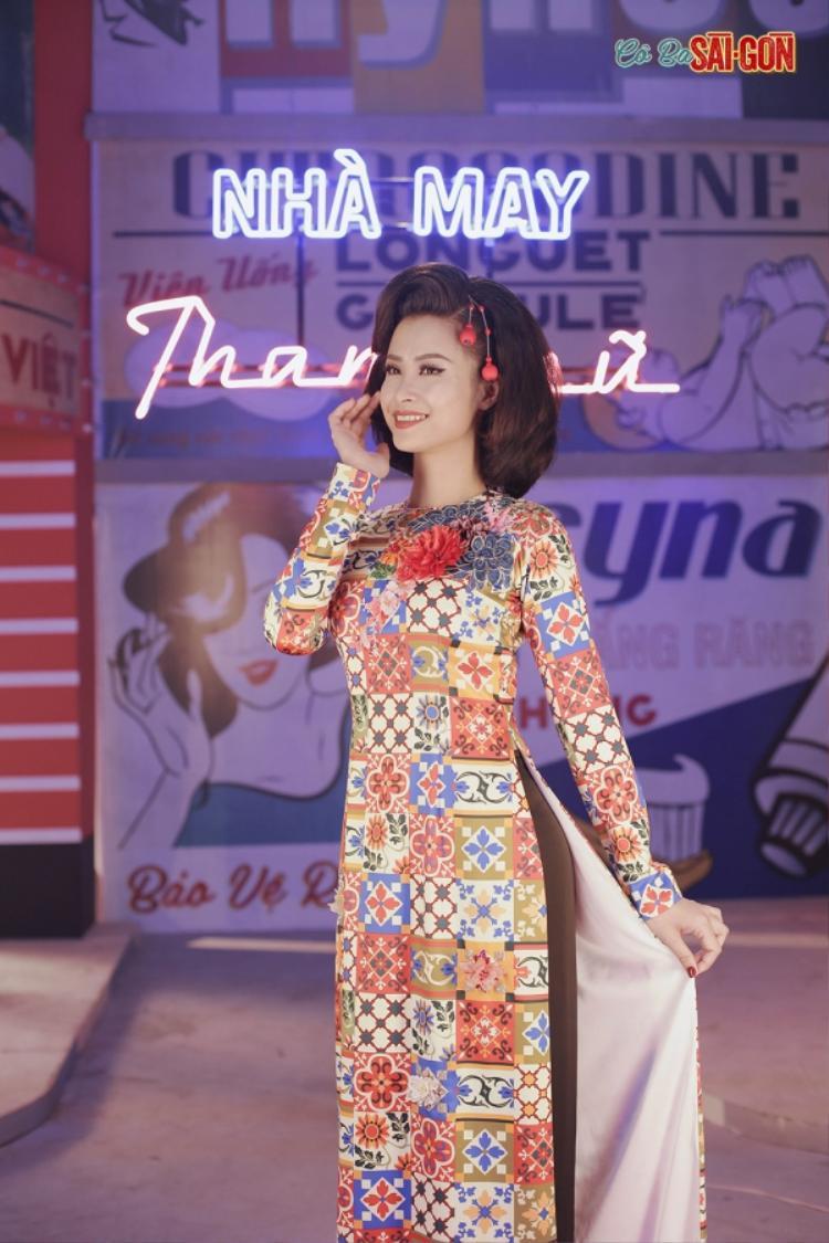 """MV như tái hiện lại hình ảnh """"đệ nhất thanh lịch Sài Gòn"""" qua hoá thân của Đông Nhi vừa xinh đẹp, vừa đáng yêu trong những bộ trang phục retro nhiều màu sắc khác nhau hay nữ tính, dịu dàng với tà áo dài truyền thống, cách tân."""