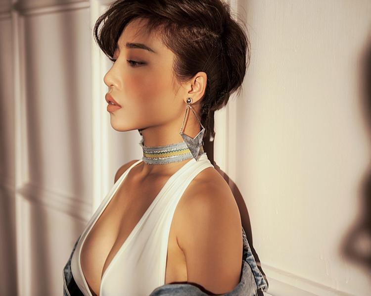 """Ca khúc nổi tiếng một thời của nhạc sĩ Đức Huy được Hằng BingBoong cùng ekip remix lại. Với cô, đây là một bài hát """"thả thính"""" đầy duyên dáng, hay và gợi cảm."""