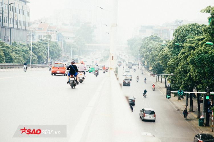 Đoạn cầu vượt nối tiếp giữa Nguyễn Chí thanh - Trần Duy Hưng tập trung rất nhiều cây hoa sữa.