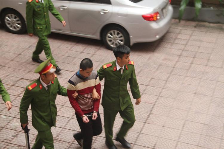 Bị cáo Dương được dẫn về trại giam.