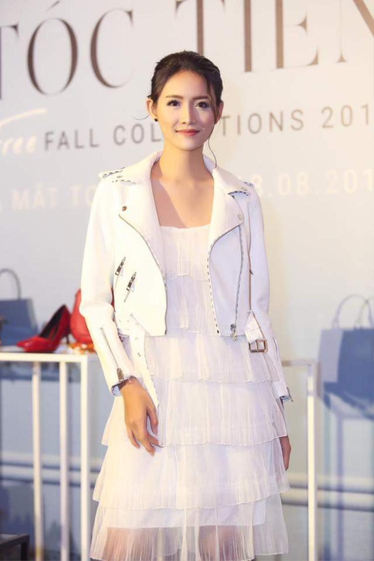 Thiết kế áo khoác da trắng phối cùng chân váy voan, tưởng đối chọi nhưng lại hòa hợp không ngờ.