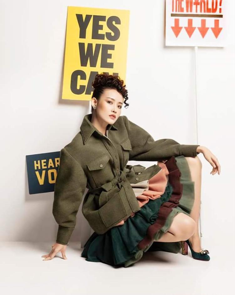 Hay trở nên vô cùng khác lạ trong set đồ bao gồm áo sơ mi quân đội với tay cocoon, phối cùng chân váy voan nhiều tầng chuyển sắc.