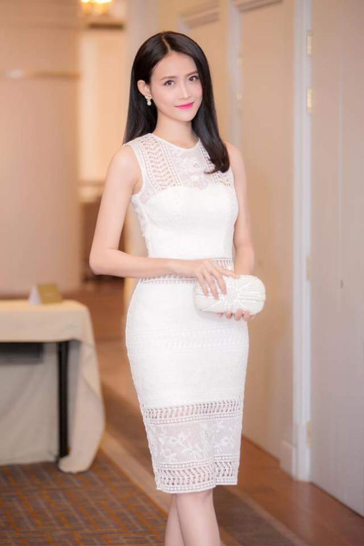 Hay với chiếc váy ren ôm khoe trọn vóc dáng hình thể, người đẹp sinh năm 1995 phối cùng clutch trắng và kiểu tóc chải thẳng nhẹ nhàng.