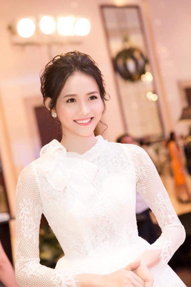 Diện thiết kế váy ren trắng với chi tiết nơ cài cổ, Mỹ Nhân lựa chọn kiểu tóc búi để phù hợp với hình tượng nữ tính.