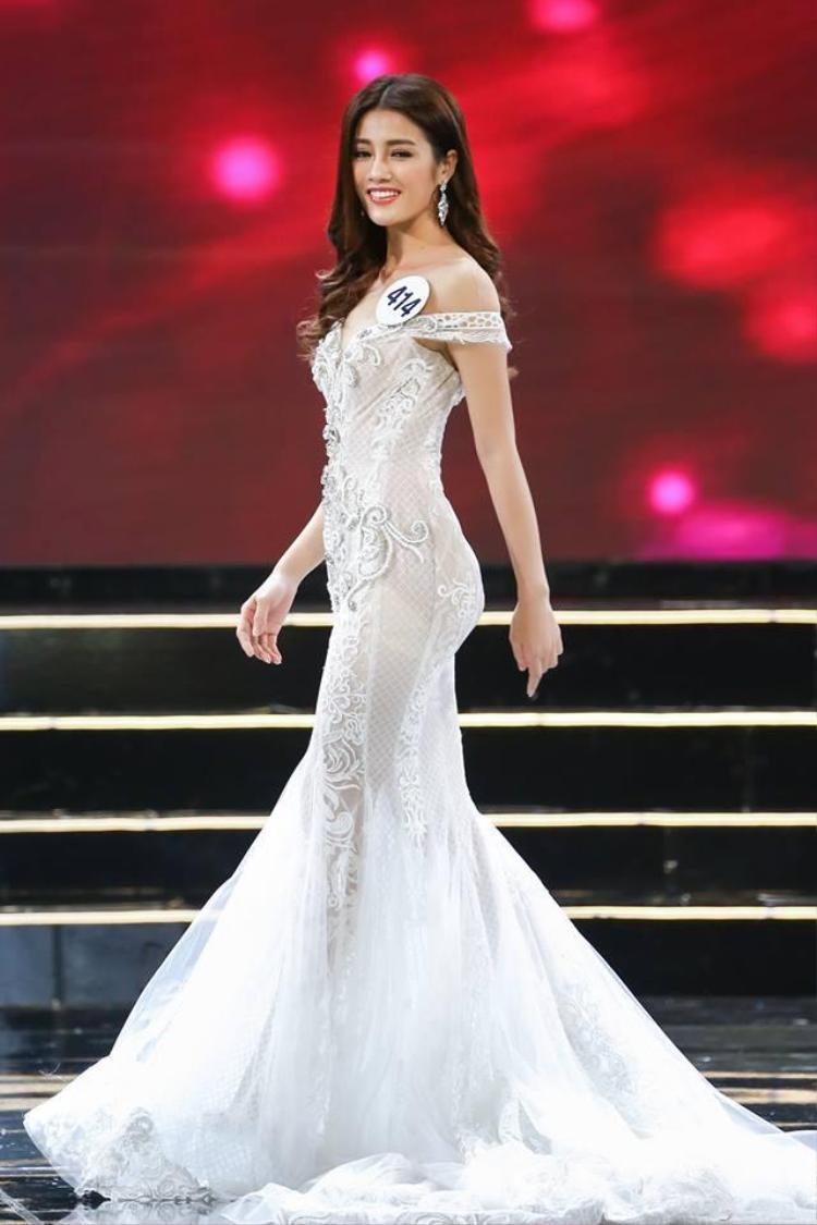 Trong phần thi trang phục dạ hội Bán kết Hoa hậu Hoàn vũ Việt Nam 2017, người đẹp cũng đặt trọn tin tưởng vào chiếc váy dạ hội màu trắng, form đuôi cá của nhà thiết kế Anh Thư nhằm phô diễn số đo hình thể.