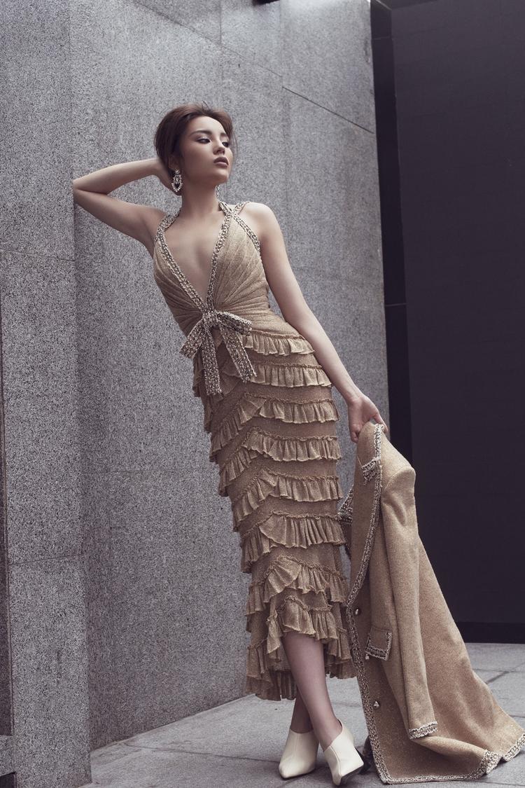 Hoa hậu Việt Nam 2014 khoe trọn hình thể trong những thiết kế váy ôm sát, kiểu tóc búi gọn cũng đem đến hình ảnh sang trọng, nữ tính hơn.