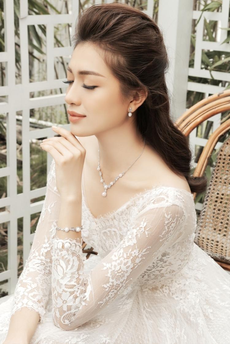 Với hình ảnh cô dâu thứ hai Lệ Hằng chọn váy cưới ngắn với chất liệu ren dài tay kết hợp cùng trang sức ngọc trai tạo hình ảnh nữ tính và trẻ trung, hơi hướng các nàng công chúa.