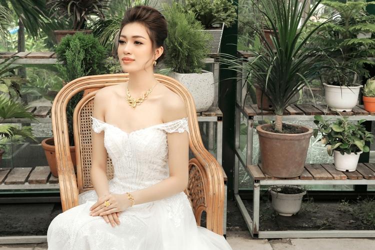 Ở bộ váy thứ ba, Á hậu Hoàn vũ VN 2015 chọn trang sức vàng to bản theo xu hướng truyền thống kết hợp cùng váy cưới kết cườm. Với cách kết hợp này á hậu tạo được hình ảnh cô dâu quen thuộc nhưng vẫn có điểm nhấn nhờ trang sức.