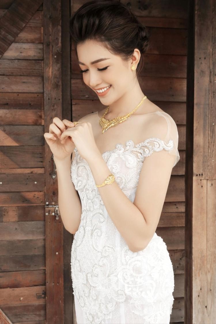 Hình ảnh cuối cùng Lệ Hằng muốn gợi ý là cô dâu gợi cảm hơn với phần áo cưới trễ vai kết hợp cùng tóc búi cao.