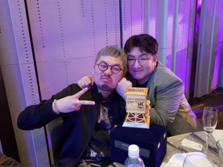 ÔngBang Si Hyuk (bên phải) chia sẻ niềm vui cùng P-dogg với giải thưởng Nhà sản xuất của năm tại MAMA 2017.