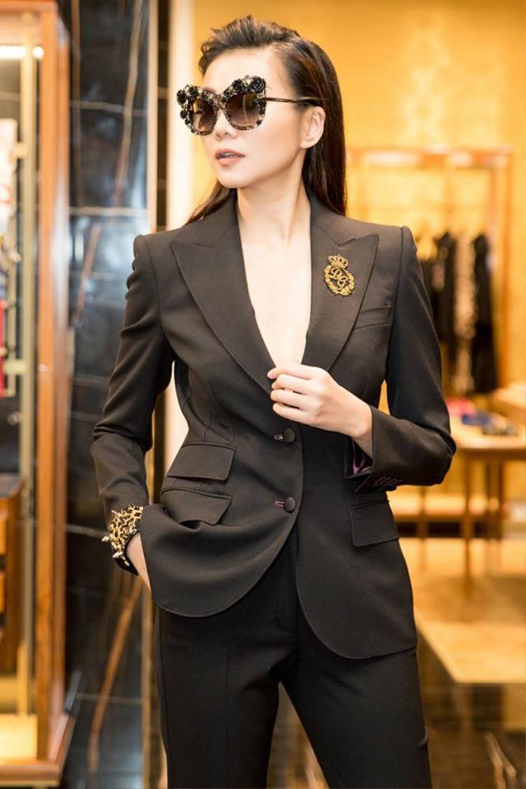 Có thể nhận thấy, phần lớn những bộ suits của cựu giám khảo Vietnam's Next Top Model đều được cắt may rất đơn giản, màu sắc basic nhưng vẫn sang. Phong thái của Thanh Hằng khiến nhiều người ngưỡng mộ.