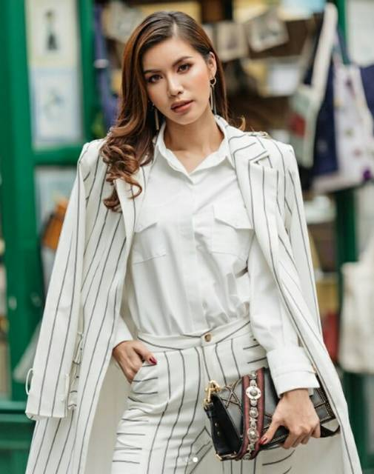 Vest kẻ đơn giản như của Minh Tú cũng rất đẹp, đâu cần phải có những đường gân nổi phô phang theo mode từ những năm xa lắc xa lơ nào đó.