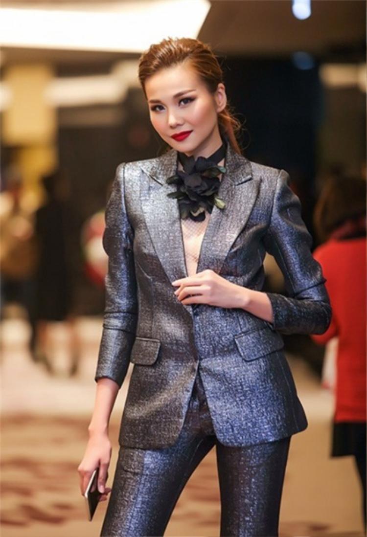 Thanh Hằng thường chọn mặc bộ vest một màu đơn giản, không có quá nhiều chi tiết rườm rà. Và điều cốt lõi là cô luôn chọn những bộ suits phù hợp với vóc dáng của mình, không quá rộng, không quá bó.