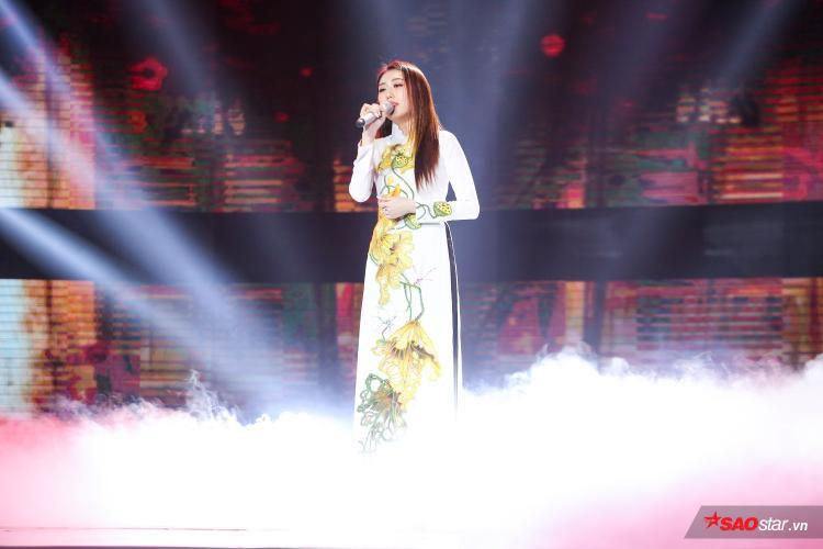 Trong tà áo dài thướt tha, người đẹp Hoàng Kim khiến khán giả chìm đắm trong không gian bolero bằng giọng hát trầm, đượm buồn riêng biệt.
