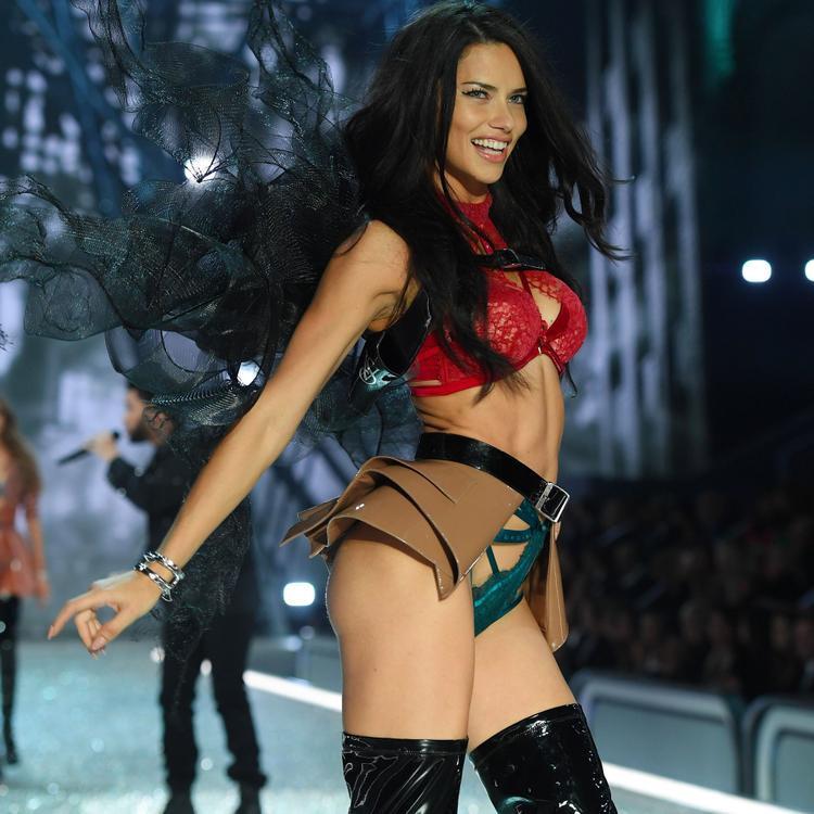 Adriana Lima - 10,5 triệu đô (hơn 238 tỷ đồng): Adriana là người mẫu thâm niên nhất của Victoria's Secret, nhờ đó hợp đồng của cô với thương hiệu này là cũng rất khủng khiếp. Ngoài ra cô còn dẫn chương trình cuộc thi American Beauty Star và làm đại diện cho các thương hiệu trang phục thể thao và nước hoa.