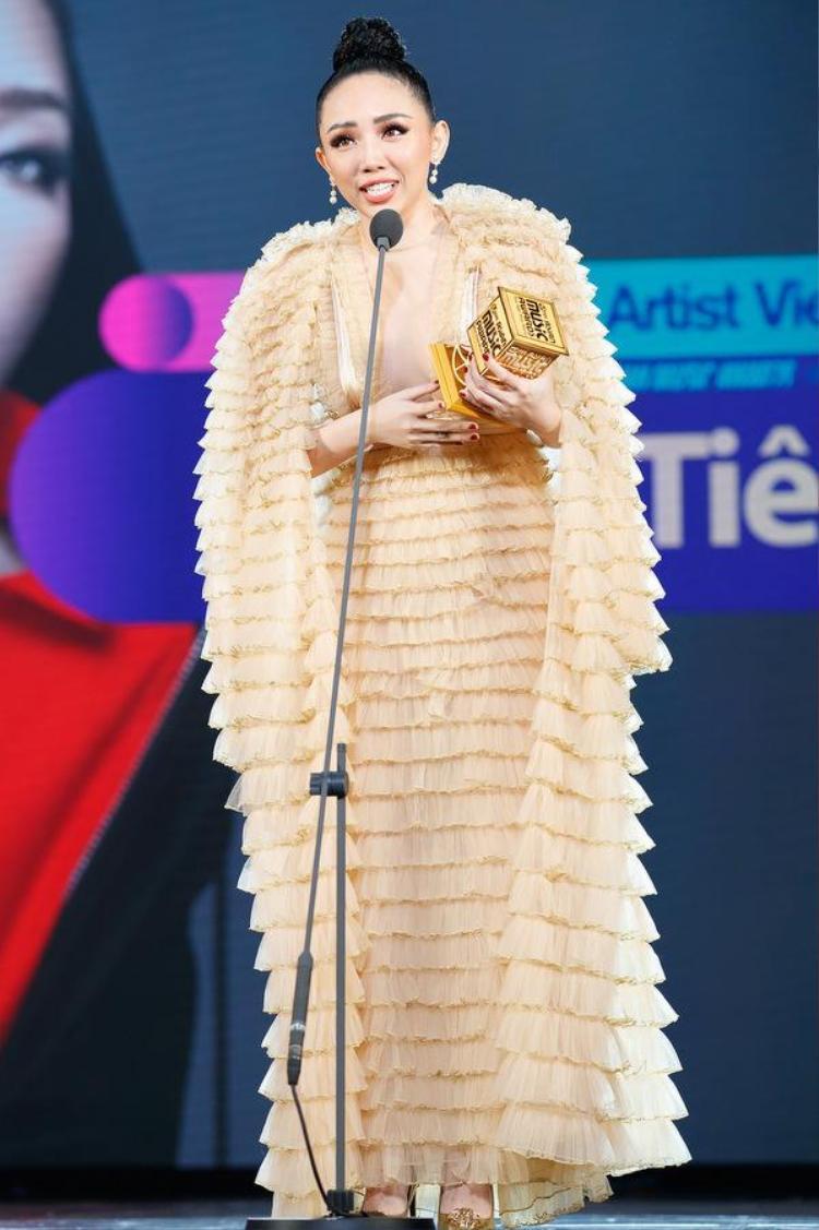"""Tại lễ trao giải MAMA cuối tháng 11 vừa qua, Tóc Tiên diện chiếc đầm do Công Trí thiết kế. Bộ cánh nằm trong BST """"Thứ Sáu của chị"""" giúp người đẹp Vbiz toả sáng trên sân khấu quy tụ dàn sao châu Á."""
