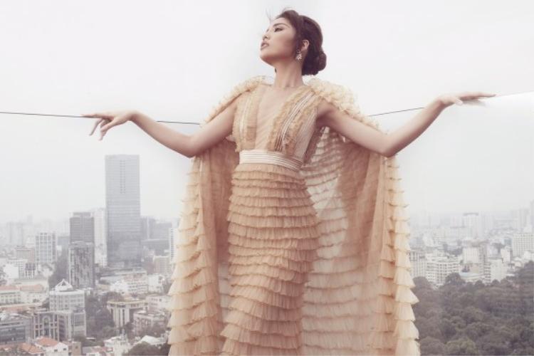 Trước đó, hồi giữa tháng 11, Hoa hậu Việt Nam 2014 đã mặc chiếc đầm này để chụp bộ ảnh gửi đến người hâm mộ nhân dịp sinh nhật lần thứ 21 của cô.