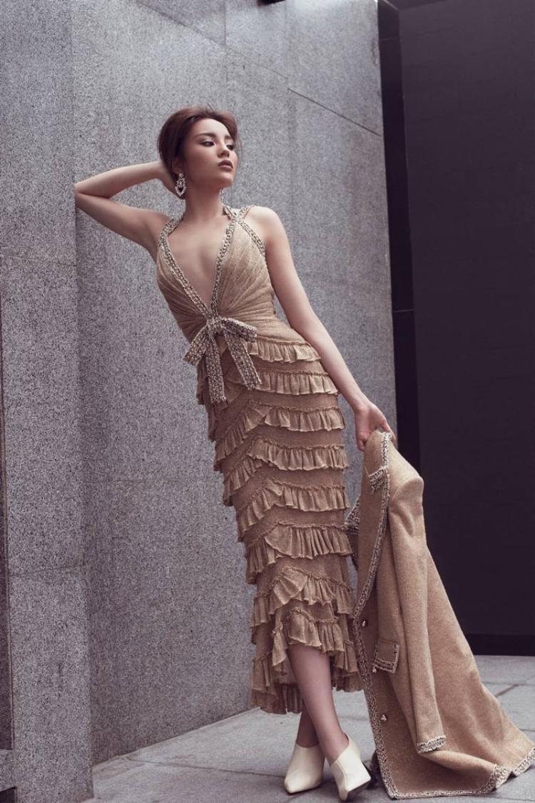 Trước đó, người hâm mộ lại phát hiện Kỳ Duyên mặc cùng chiếc váy với Hari Won.