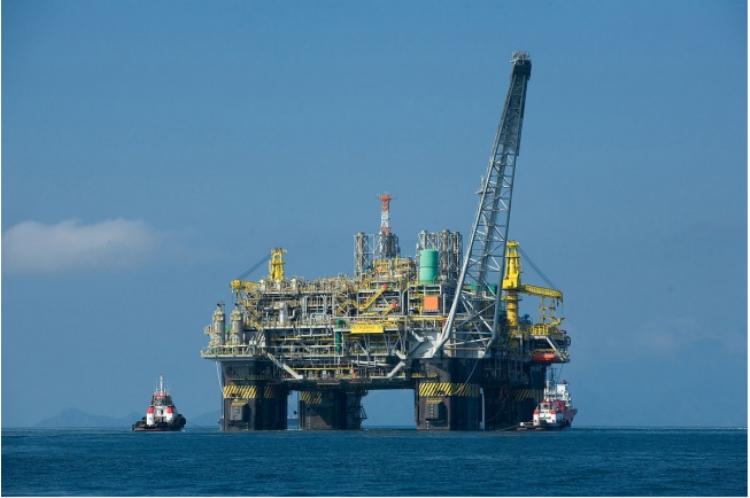 Khi khai thác dầu, bạn sẽ phải lường trước nguy cơ cháy nổ, đuối nước,…