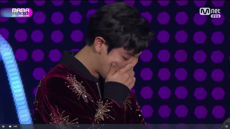 Chanyeol không cầm được nước mắt trong suốt bài phát biểu cảm ơn của EXO.