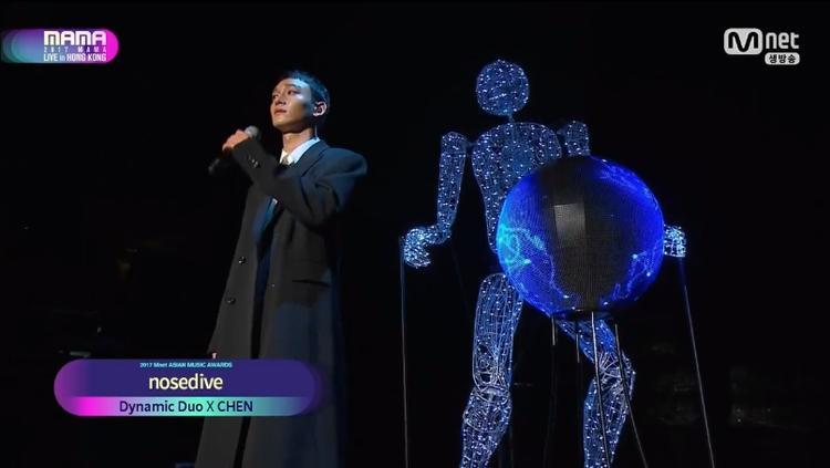 Chen và Dynamic Duo là những nghệ sĩ mở màn MAMAHong Kong với ca khúc nosedive.