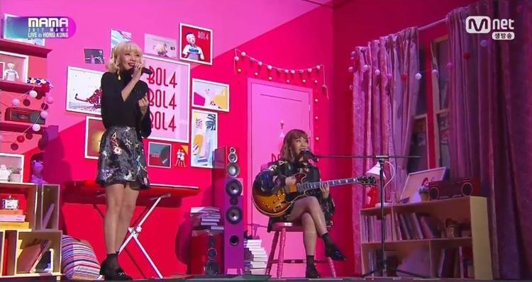 Bolbbalgan4 gây ấn tượng không kém với màn hát live ngọt ngào.