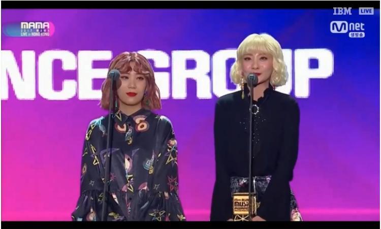 Bộ đôi Bolbbalgan4 đạt giải Best Vocal Performance Group sau hàng loạt hit phá đảo trong năm qua.
