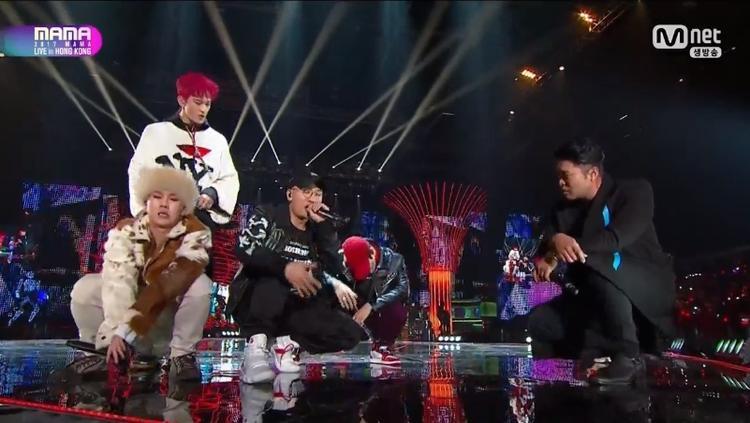 Dynamic Duo và các chàng rapper thần tượng đã có tiết mục mở màn ấn tượng.