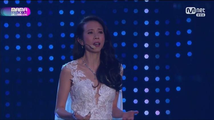 Nữ ca sĩ, diễn viên Mạc Văn Uý mang đến một tiết mục sâu lắng.