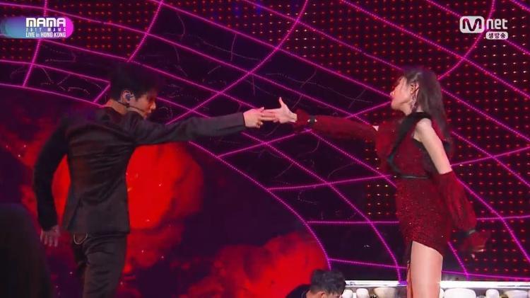 Đôi nam thanh nữ tú chính thức xuất hiện cùng nhau! Tuy nhiên thời gian Sunmi - Taemin diễn chung khung hình là quá ít ỏi so với sân khấu solo của 2 người.