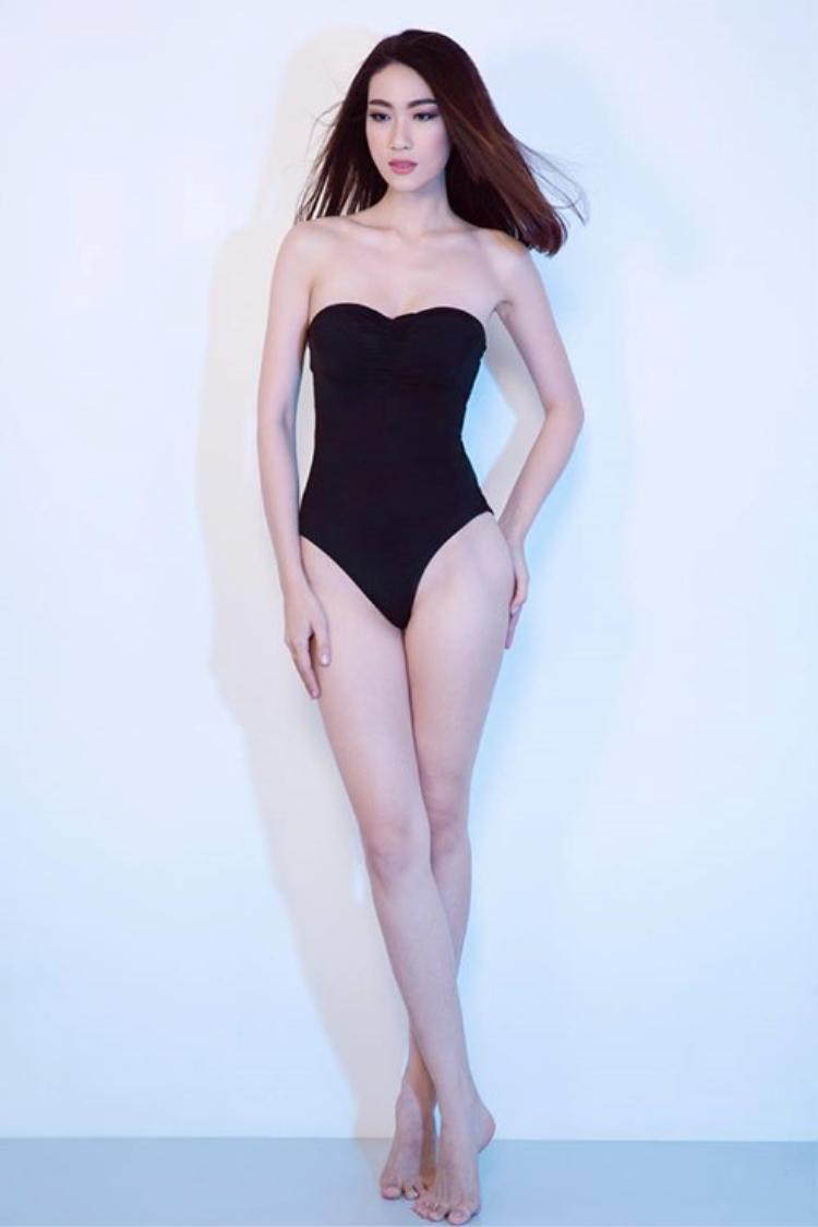 Thay vì những thiết kế khoe hình thể nóng bỏng, người đẹp lại lựa chọn mẫu áo tắm 1 mảnh màu đen có phần đơn điệu, nhàm chán.