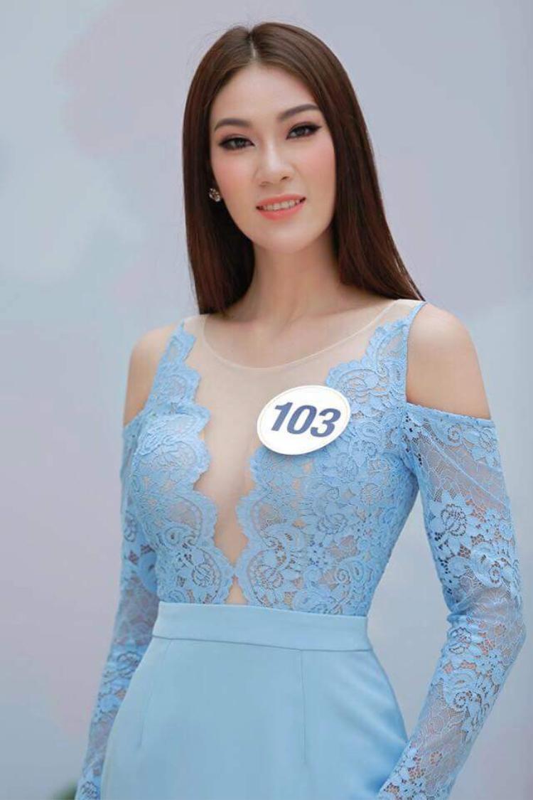 Hay mẫu váy có phần cắt cúp tuy khoe được vòng 1 gợi cảm, nhưng về kiểu dáng, màu sắc có phần cũ kỹ, kém nổi bật.