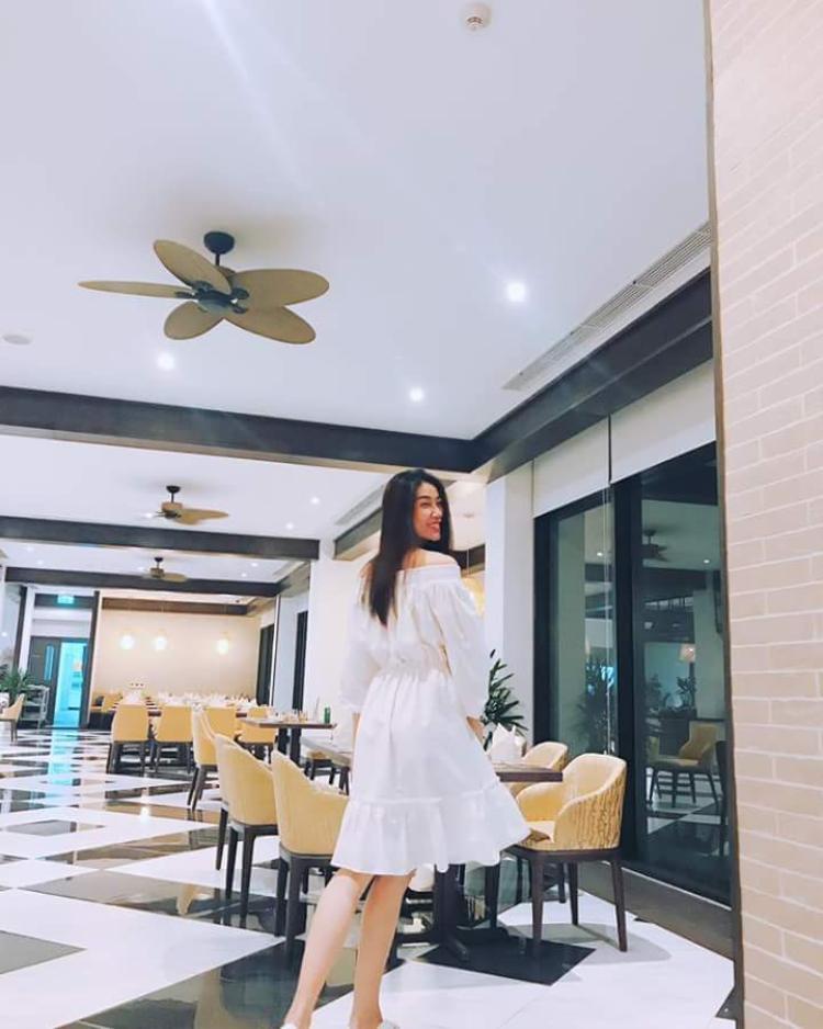 Bộ váy trắng đơn giản khá đẹp nhưng chưa tôn được vóc dáng nữ người mẫu.