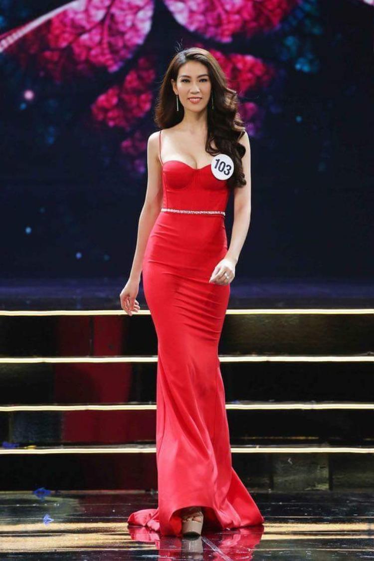 Chỉ đến đêm thi bán kết, người đẹp sinh năm 1991 mới lựa chọn cho mình một chiếc váy màu đỏ khá nổi bật trên sân khấu. Tuy nhiên, nếu xét về độ lấp lánh thì có vẻ khó bì kịp so với những trang phục lộng lẫy của các ứng cử viên còn lại.