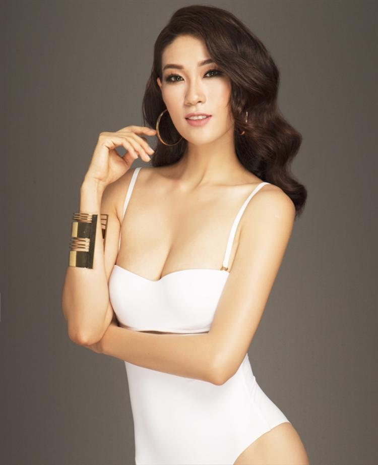 Người đẹp tiếp tục lựa chọn 1 bộ bikini màu trắng để phô diễn dáng vóc. Song nhiều ý kiến cho rằng, đây cũng là một kiểu áo nhạt nhòa, kém nổi bật.
