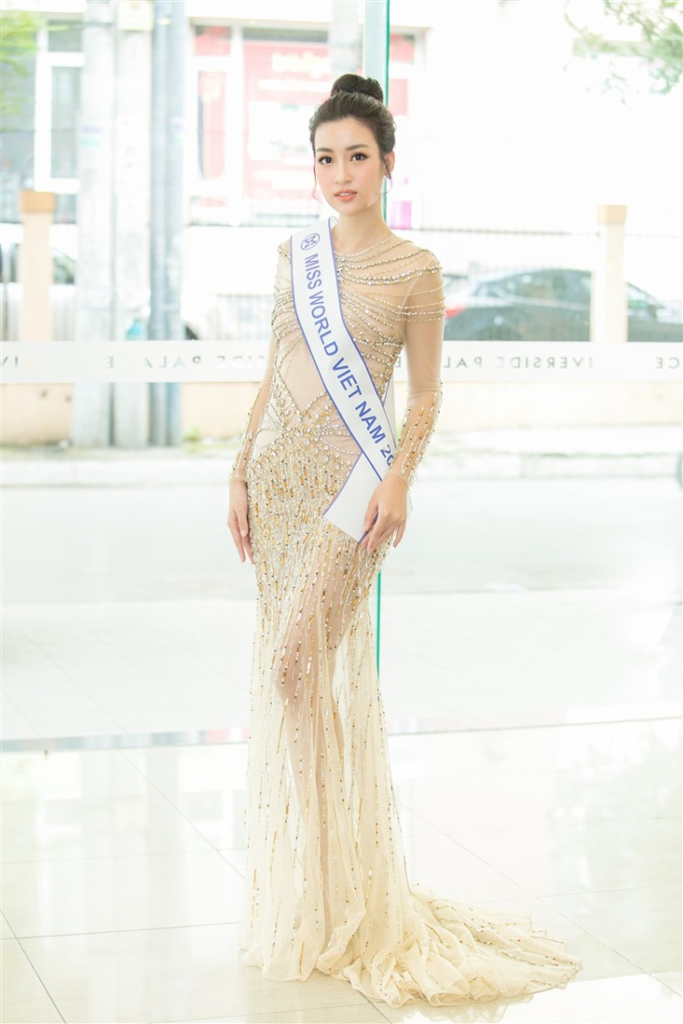 Hoa hậu Việt Nam 2016 Đỗ Mỹ Linh cũng không ngoại lệ, người đẹp luôn biết đâu là lợi thế của mình để chọn những thiết kế có độ gợi cảm vừa phải hơn nữa nó còn phù hợp với hình ảnh hoa hậu trong lòng công chúng.