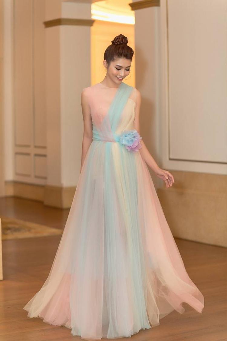 Nhìn Châu như một nàng công chúa với bộ váy bồng bềnh, thướt tha như mây.