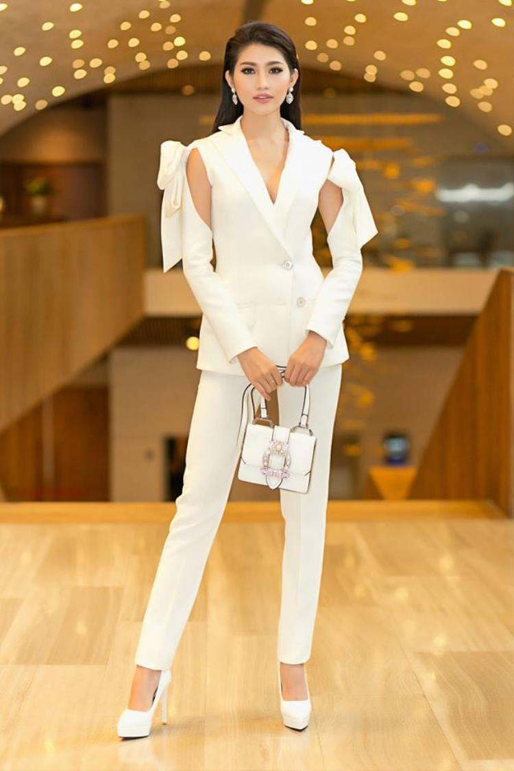 Bộ suit trắng với phần tay lạ mắt cũng rất hợp với vóc dáng cao ráo của Châu.